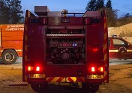 d9553e1769e Πυρκαγιά μαίνεται σε χώρο με παλαιά οχήματα στην Αραδίππου